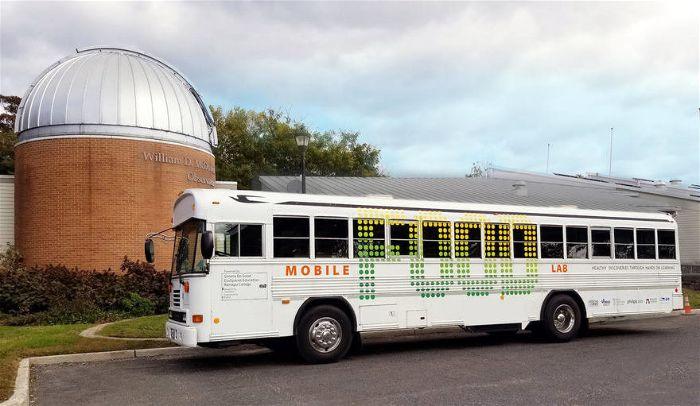Γονείς μετέτρεψαν παλιό λεωφορείο σε σχολείο διατροφής για τα παιδιά τους