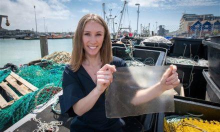 24χρονη δημιουργεί βιοδιασπώμενο πλαστικό από οργανικά απόβλητα ψαριού και βραβεύεται διεθνώς