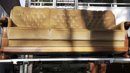 Βρήκε 43.000 σε μεταχειρισμένο καναπέ που είχε αγοράσει 70 δολάρια και τα επέστρεψε!