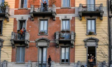 Ιταλός DJ σκορπά αισιοδοξία από τη βεράντα του!