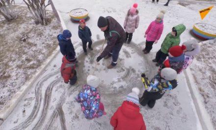 Επιστάτης διακοσμεί νηπιαγωγείο και προσφέρει χαρά στα μικρά παιδιά