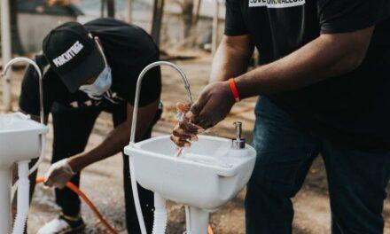 Η.Π.Α: Μέλη ΜΚΟ τοποθέτησαν φορητούς νιπτήρες για να έχουν οι άστεγοι πρόσβαση σε καθαρό νερό