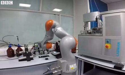 Ο πρώτος χημικός ρομπότ που κάνει μόνος του πειράματα στο εργαστήριο