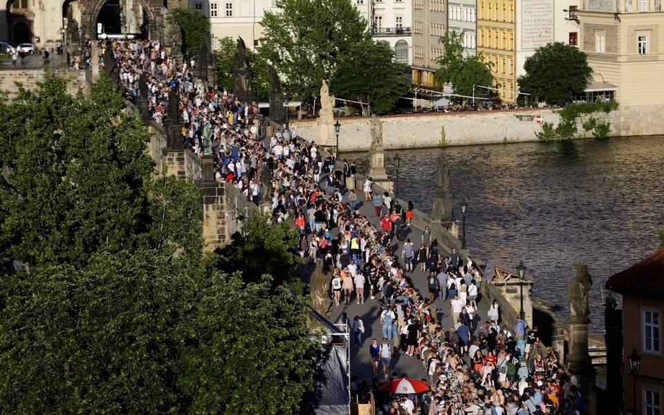 Πράγα: Χιλιάδες άνθρωποι γιόρτασαν «το τέλος της επιδημίας» με ένα μεγάλο τραπέζι