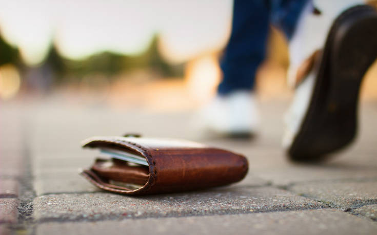 Σέρρες: Βρήκε στο δρόμο πορτοφόλι κι αφού δεν βρέθηκε ο ιδιοκτήτης μοίρασε τα χρήματα σε φιλανθρωπικούς συλλόγους