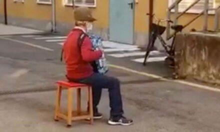 Συγκινητικό βίντεο: 80χρονος κάνει καντάδα έξω από το νοσοκομείο που νοσηλεύεται η γυναίκα του