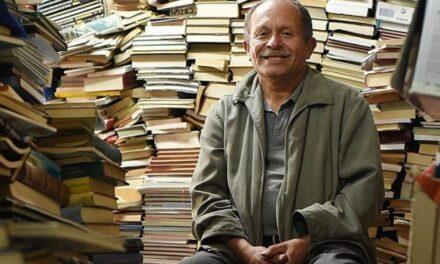 Μάζευε βιβλία από τα σκουπίδια για 20 χρόνια και έκανε κάτι πολύ όμορφο