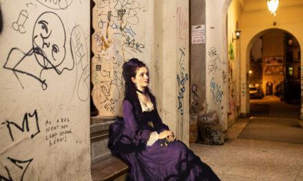 Φιγούρες από κλασικούς πίνακες «δίνουν ζωή» στην άδεια πόλη της Βουδαπέστης