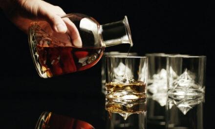 Δανέζα σχεδιάστρια δημιούργησε το Όρος Έβερεστ μέσα σε ένα ποτήρι ουίσκι