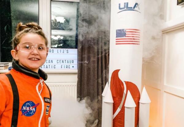 Μια επτάχρονη εκτόξευσε αυτοσχέδιο πύραυλο από το σπίτι της. Τα πειράματά της έχουν γίνει διάσημα στο YouTube