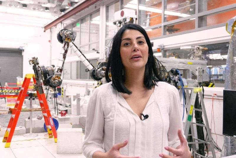 Η απίστευτη ιστορία της διευθύντριας πτήσης της NASA, που πήγε στις ΗΠΑ με μόλις 300 δολ. και καθάριζε τουαλέτες