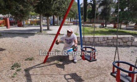 Λαμία: Γονείς έβαψαν εθελοντικά την παιδική χαρά της γειτονιάς τους
