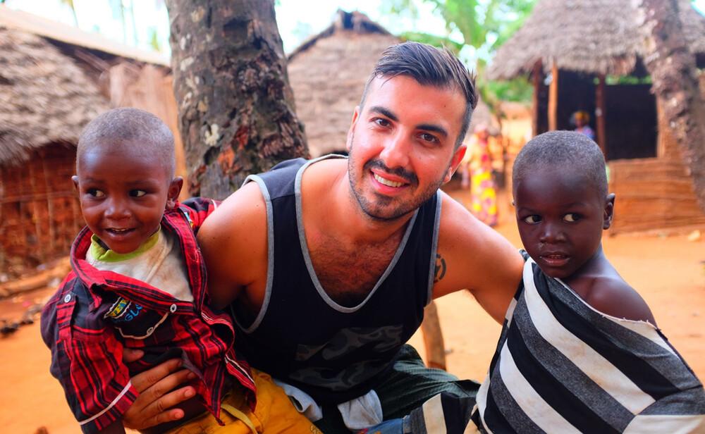 Ρένος Φουντουλάκης: Έχτισε ένα σχολείο για τα παιδιά σε χωριό της Ζανζιβάρης