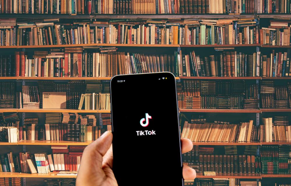 #BookTok: H νέα τάση για βιβλιοφάγους στο TikTok είναι απλά φανταστική και γεννά ένα νέο οικονομικό φαινόμενο