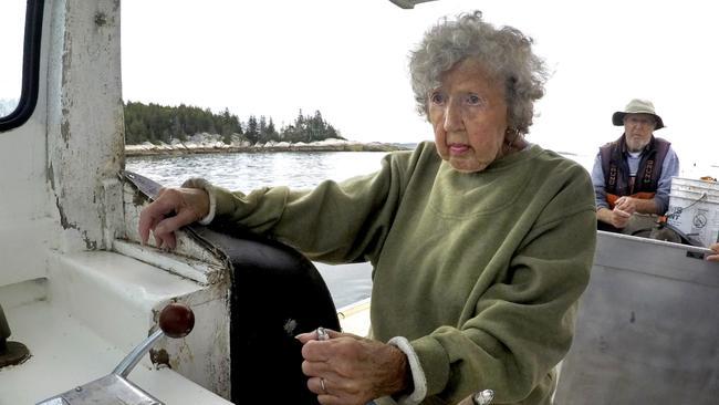 «Για μένα δεν είναι σκληρή δουλειά»: Στα 101 χρόνια της συνεχίζει να ψαρεύει αστακούς