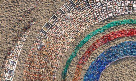 Μπαλί: Ένα αποκαλυπτικό γλυπτό για τη χρήση πλαστικού γεννήθηκε από 4.760 απορρίμματα